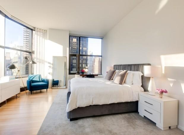 A decoração simples do apartamento deixa o destaque para as vistas de Nova York (Foto: Nesk Seekers/ Reprodução)