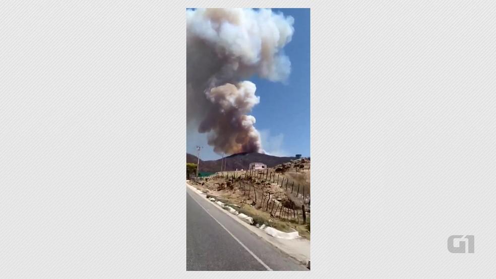 Fogo estava totalmente descontrolado, segundo bombeiros, em Mãe D'Água, na Paraíba — Foto: Corpo de Bombeiros/Divulgação