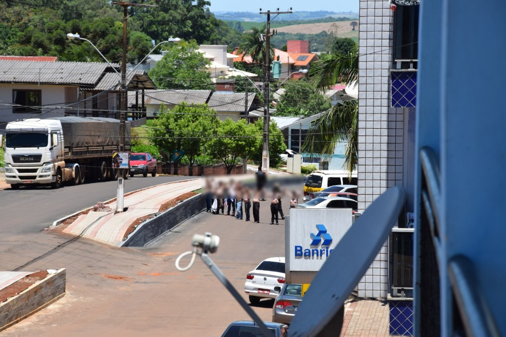 Criminosos fizeram cordão humano durante ataque à agência — Foto: Luidy Lazzarotto Roncalio/Prefeitura de Três Palmeiras