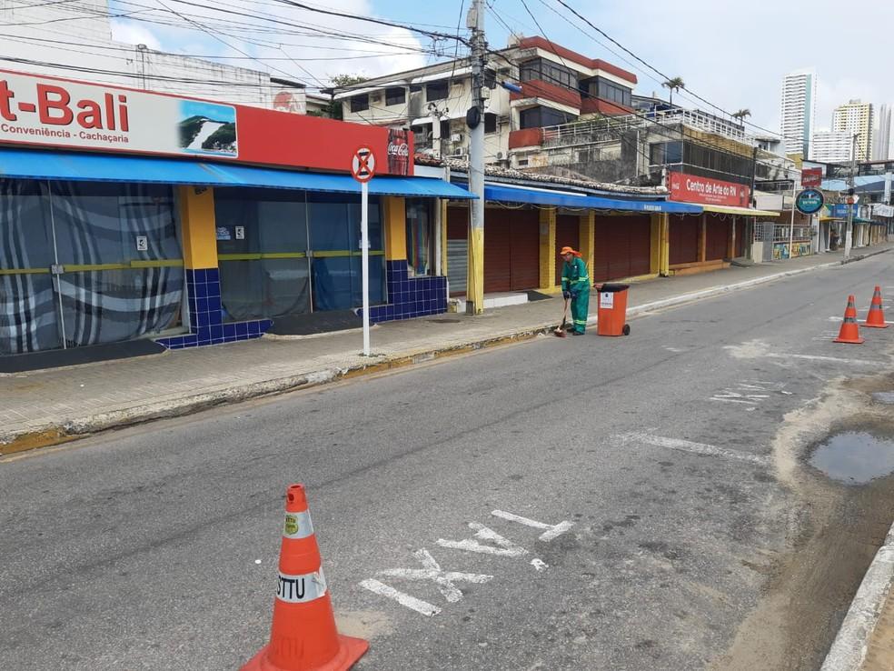 Comércio fechado na praia de Ponta Negra, em Natal, em domingo com toque de recolher no RN — Foto: Lucas Cortez