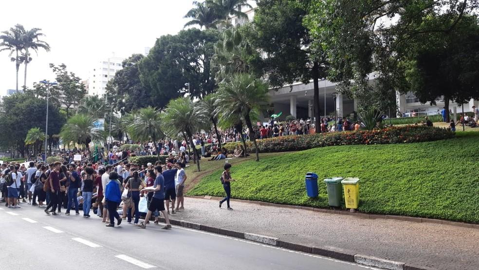 Manifestantes chegam no prédio da Prefeitura de Campinas durante protesto contra corte de verbas da Educação. — Foto: Luciano Calafiori/G1