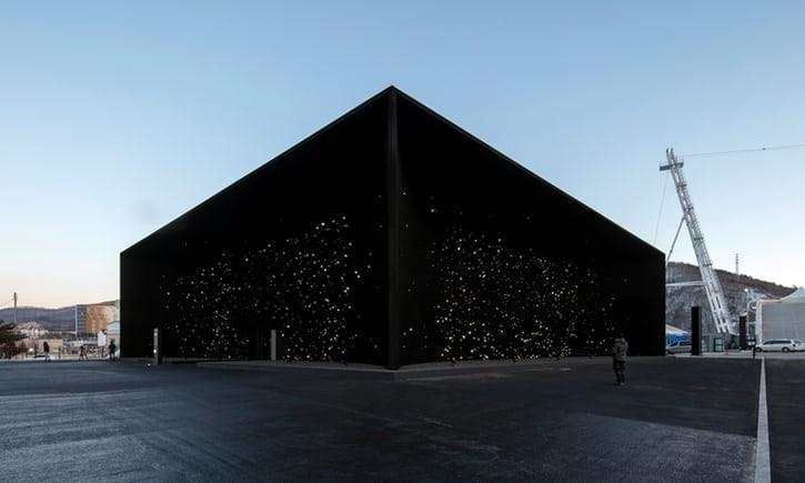 """Prédio com o material """"mais escuro do planeta"""" (Foto: Divulgação/Hyundai)"""