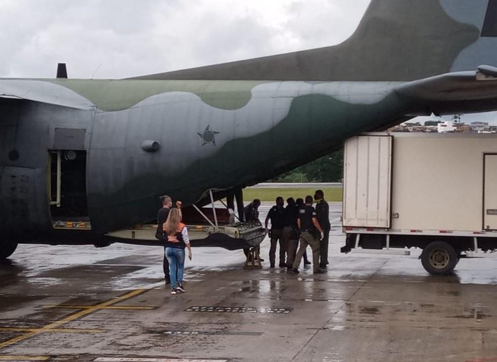 Caixões são colocados no C-130 da FAB — Foto: Manoela Borges/TV Globo