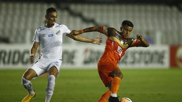 Diego Pituca disputa lance na Vila Belmiro