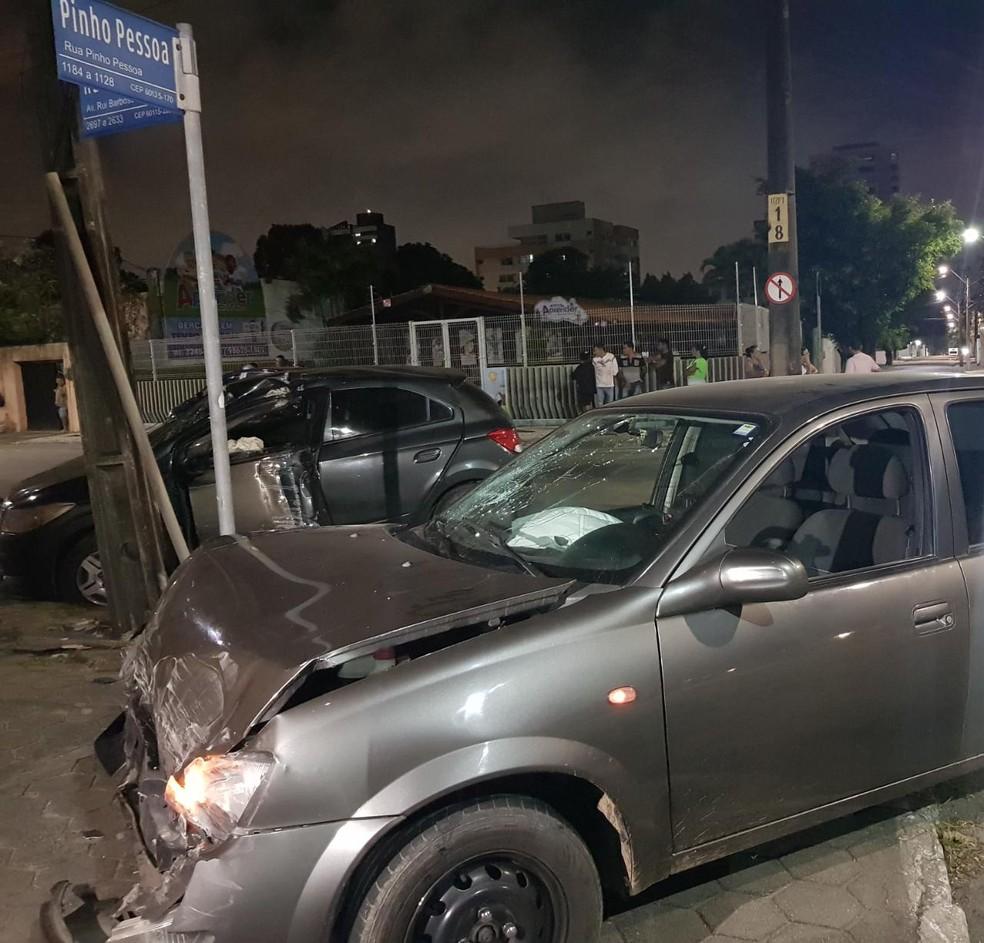 Veículo avançou a preferencial na rua Pinho Pessoa e atingiu carro que trafegava na avenida Rui Barbosa. — Foto: Rafaela Duarte/ Sistema Verdes Mares