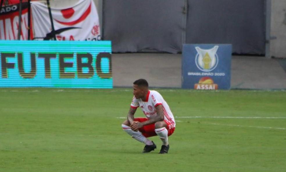 Zé Gabriel não escondeu a decepção após a derrota no Maracanã — Foto: Eduardo Deconto/ge.globo