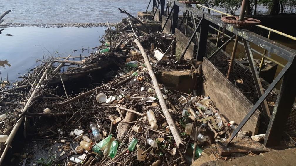Acúmulo de lixo no canal que forma a cachoeira artificial tem impedido o fluxo da água em Piracicaba — Foto: Edijan Del Santo/EPTV