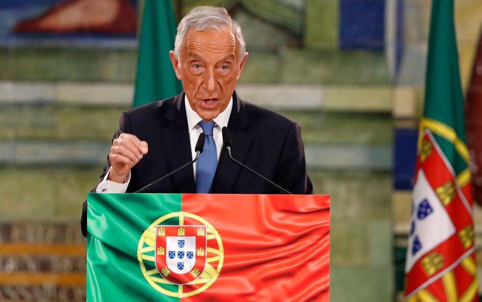 O presidente reeleito de Portugal, Marcelo Rebelo de Sousa, discursa após a divulgação do resultado oficial da eleição presidencial, em Lisboa, no domingo (24) — Foto: AP Photo/Armando Franca