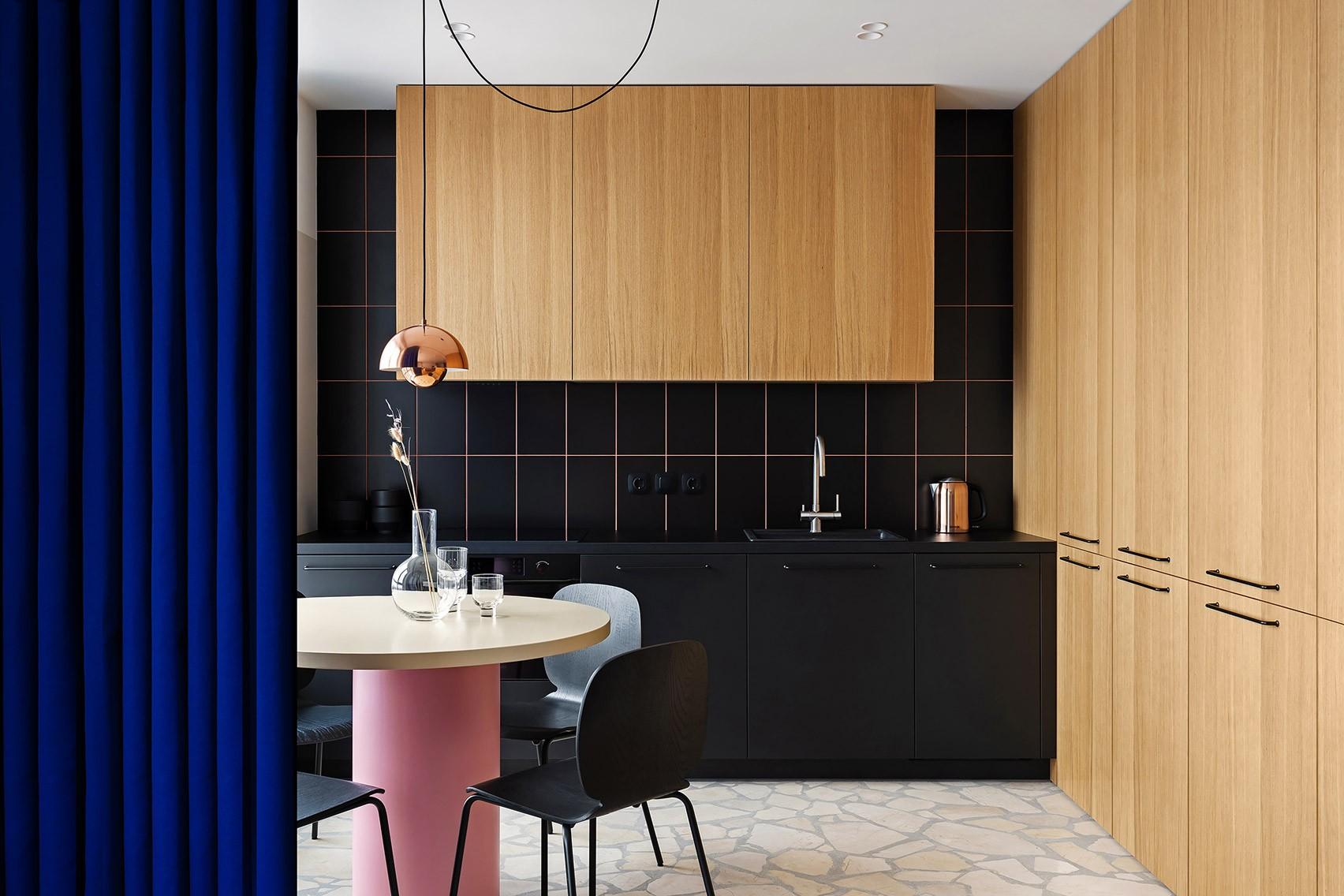 Décor do dia: cozinha com azulejos pretos, rejunte rosa e madeira (Foto: Divulgação)