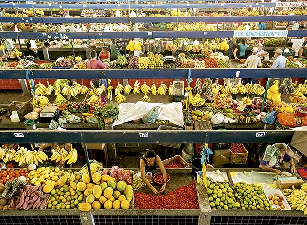 Frutas a granel colorem o Mercado de Parnaíba  (Foto: Alexandre Schneider/Divulgação)