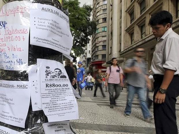 Homem observa anúncios de vagas de trabalho no centro de São Paulo (Foto: REUTERS/Paulo Whitaker)