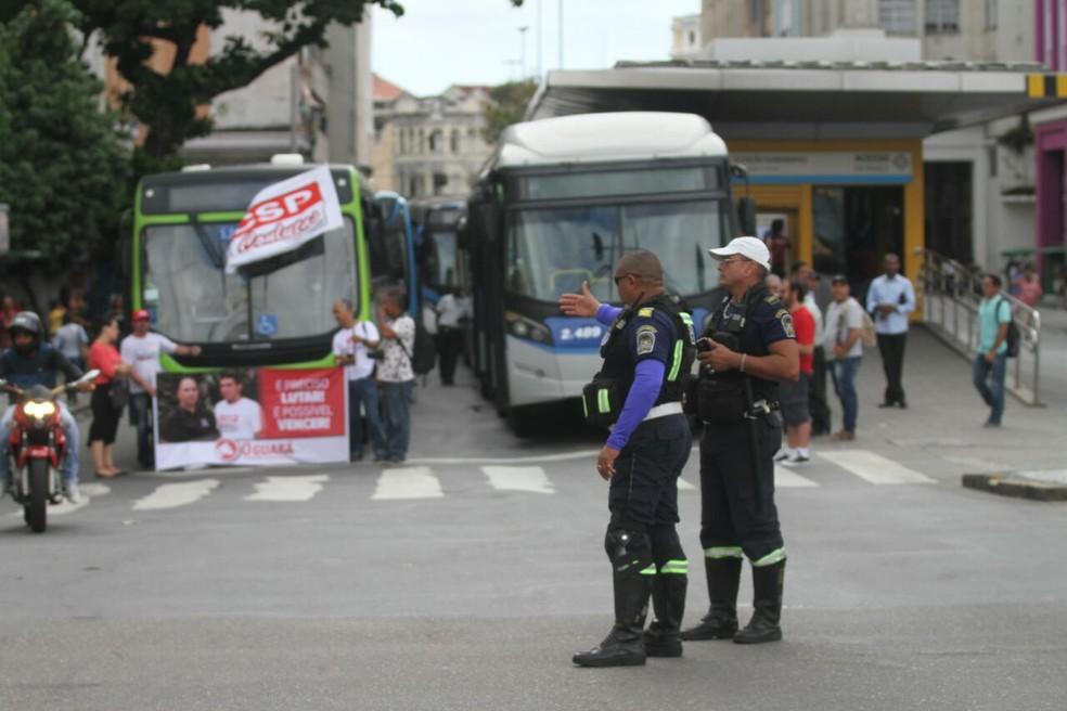 Agentes da CTTU foram mobilizados para orientar os motoristas no Centro do Recife (Foto: Marlon Costa/Pernambuco Press)