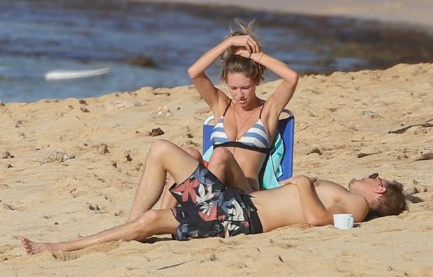 Dylan Penn troca beijos com rapaz em dia de praia (Foto: BackGrid)