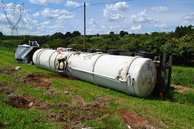 Caminhão com 30 mil litros de combustível tomba na SP-310  - Noticias