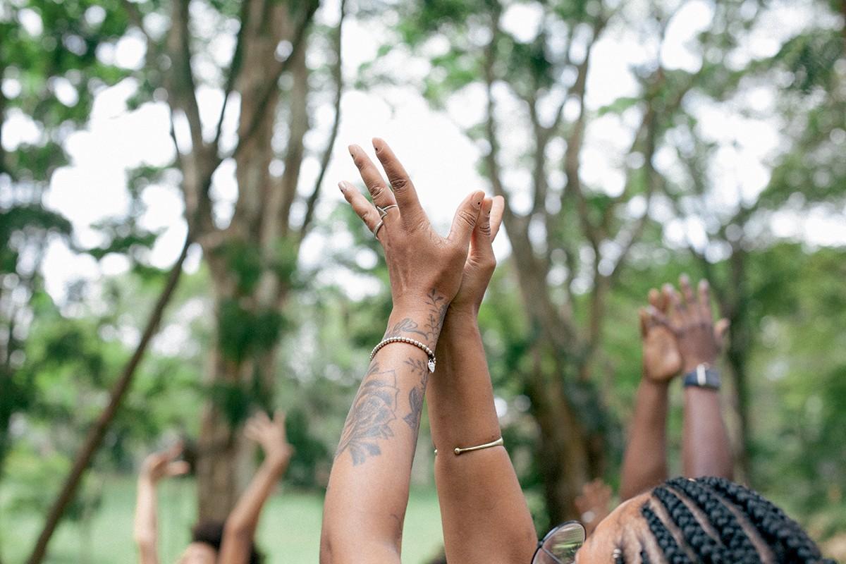 A energia da troca pelas mãos da maquiadora Cassandra Velloso  (Foto: Mayra Azzi)