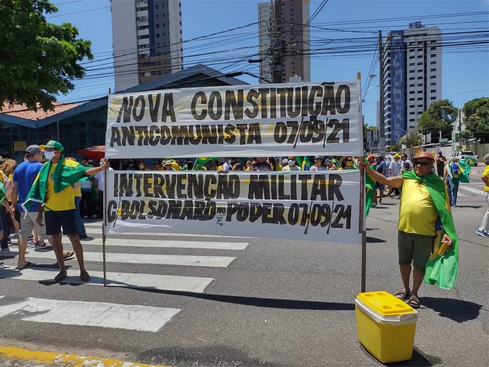 Natal, RN, 10h40: Manifestantes pedem nova constituição e intervenção militar durante ato em Natal. — Foto: Lucas Cortez/Inter TV Cabugi
