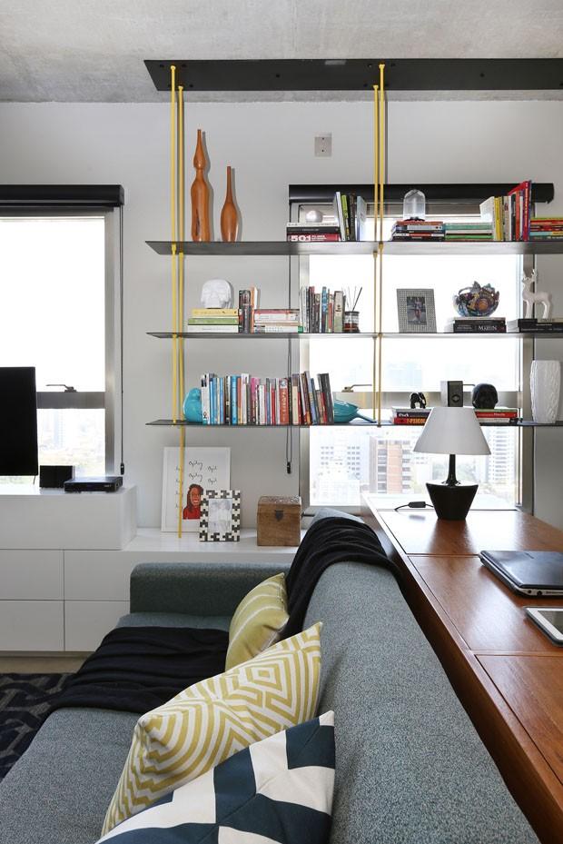 Ferro e concreto aparente são destaques em apartamento de executiva solteira em SP (Foto: Divulgação)