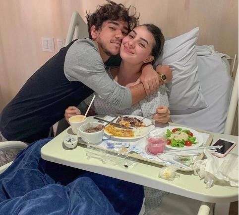 João com a mulher, Mabel, no hospital (Foto: Reprodução/ Instagram)