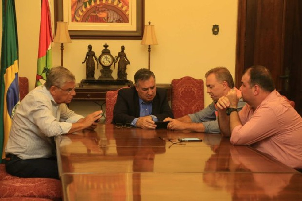 Governador Raimundo Colombo (PSD) e prefeito Gean Loureiro (PMDB), reuniram-se nesta quinta-feira em Florianópolis. (Foto: Julio Cavalheiro/Secom)