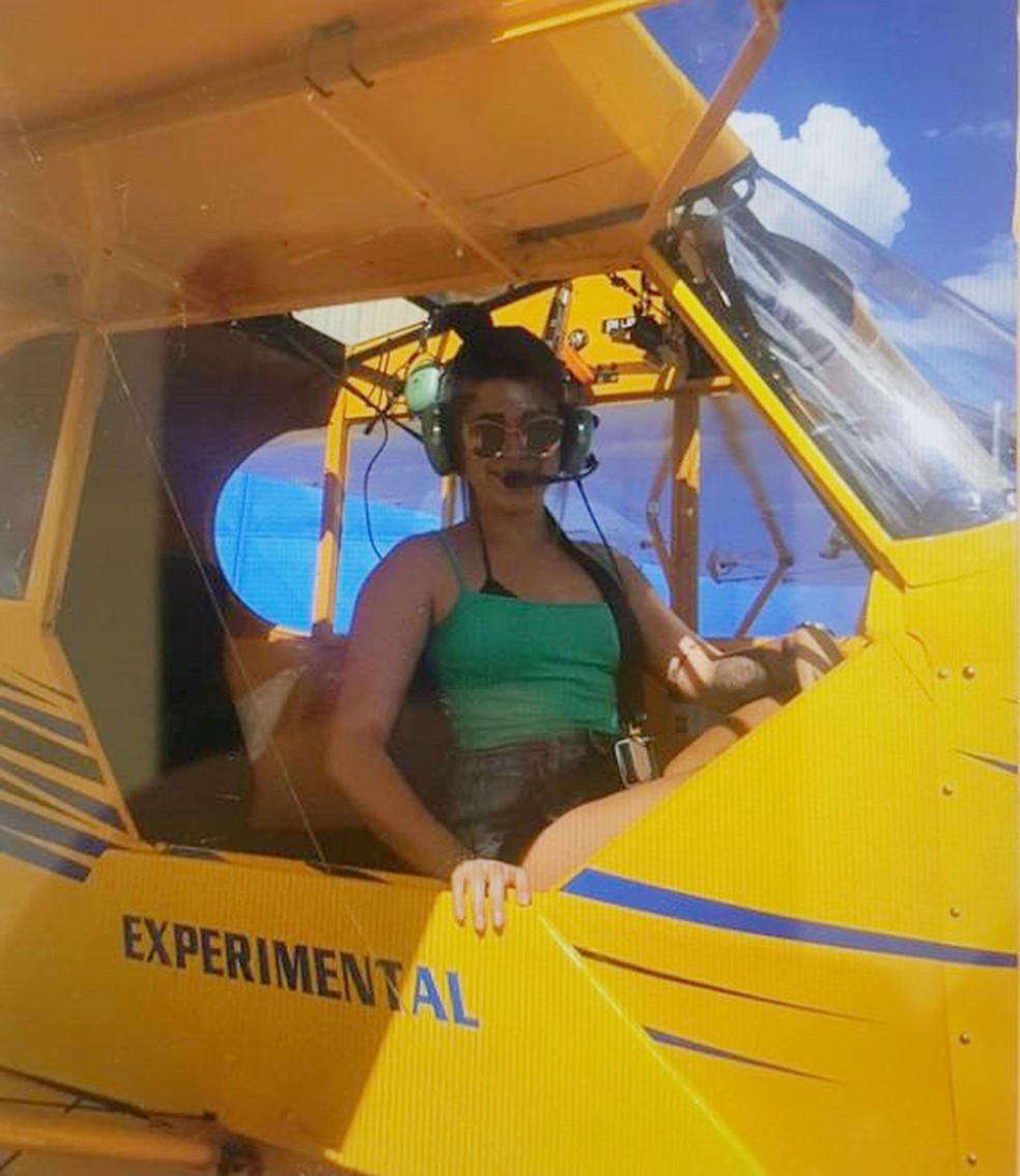 Imagem mostra adolescente em aeronave antes do acidente (Foto: Arquivo Pessoal)