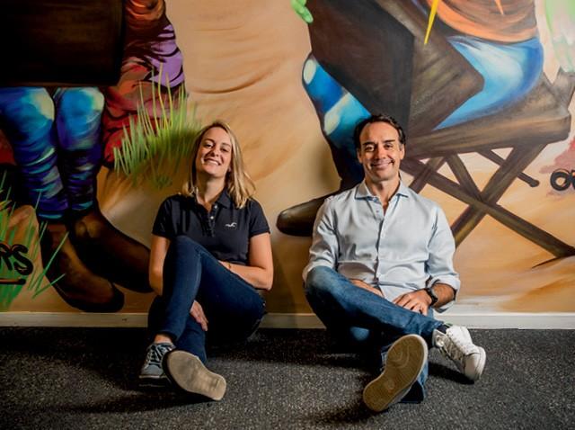 Giulia Silveira e Sergio Furio, da Creditas, lideram um programa na empresa de incentivo à autenticidade dos funcionários (Foto: Anna Carolina Negri)
