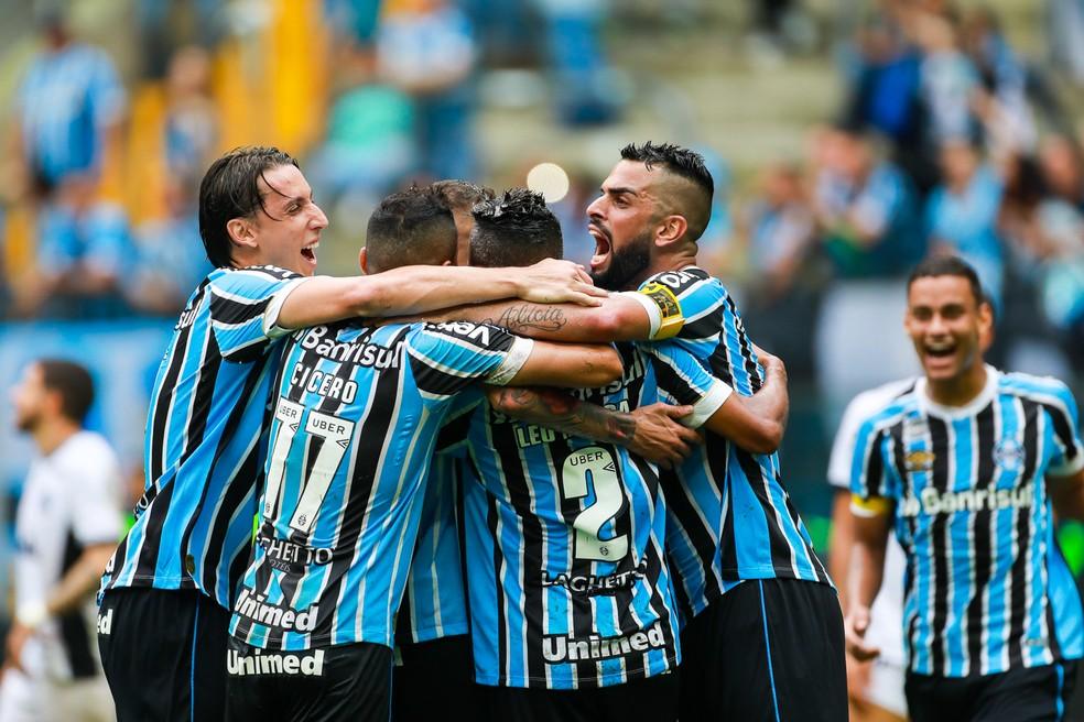 Gremistas comemoram gol na vitória sobre o Ceará — Foto: Diego Vara/BP Filmes