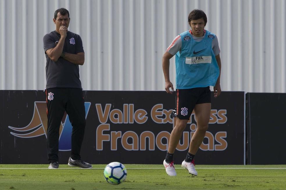 Carille observa Romero, que deve ser titular do Corinthians nesta quinta (Foto: Daniel Augusto Jr/Ag. Corinthians)