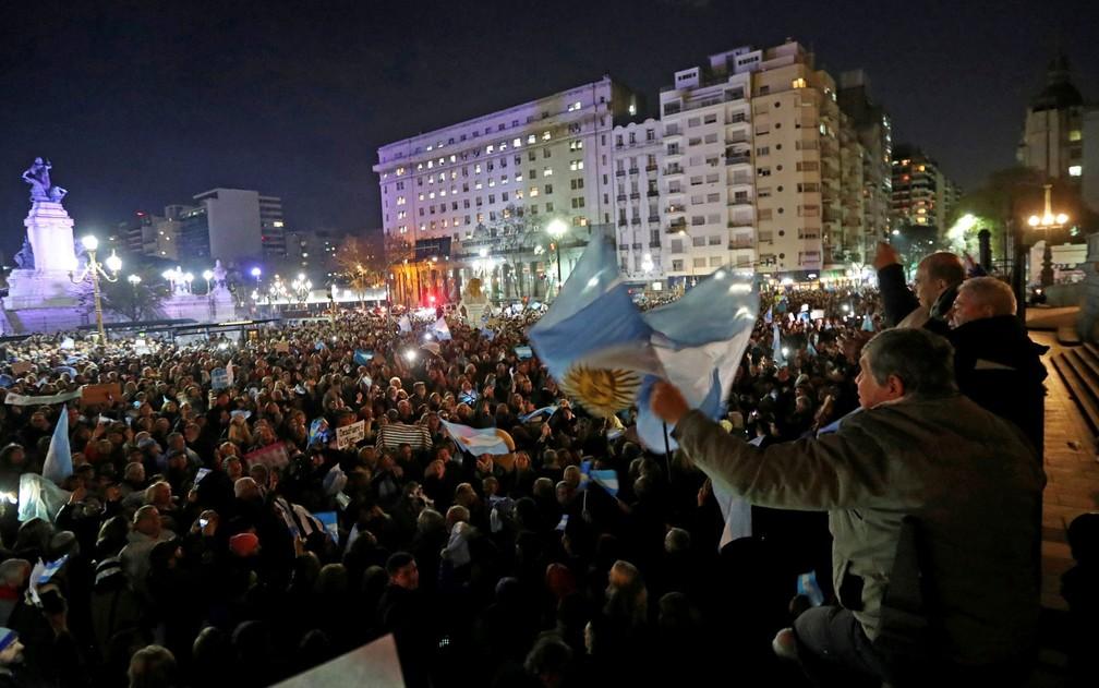 Argentinos participam de manifestação diante do Congresso, pedindo que o Senado retire a imunidade parlamentar de Cristina Kirchner, em Buenos Aires, na terça-feira (21) (Foto: Reuters/Marcos Brindicci)