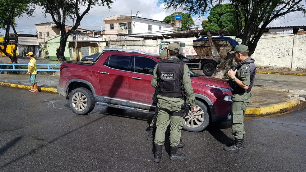 Caminhonete foi econtrada no bairro do Cordeiro, na Zona Oeste do Recife, na manhã desta terça (23) — Foto: Antonio Henrique/TV Globo