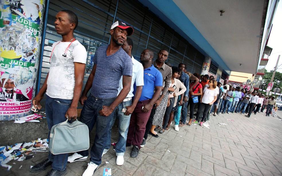 Eleitores fazem fila para votar na capital Porto Príncipe, este ano (Foto: Jeanty Junior Augustin/Reuters)