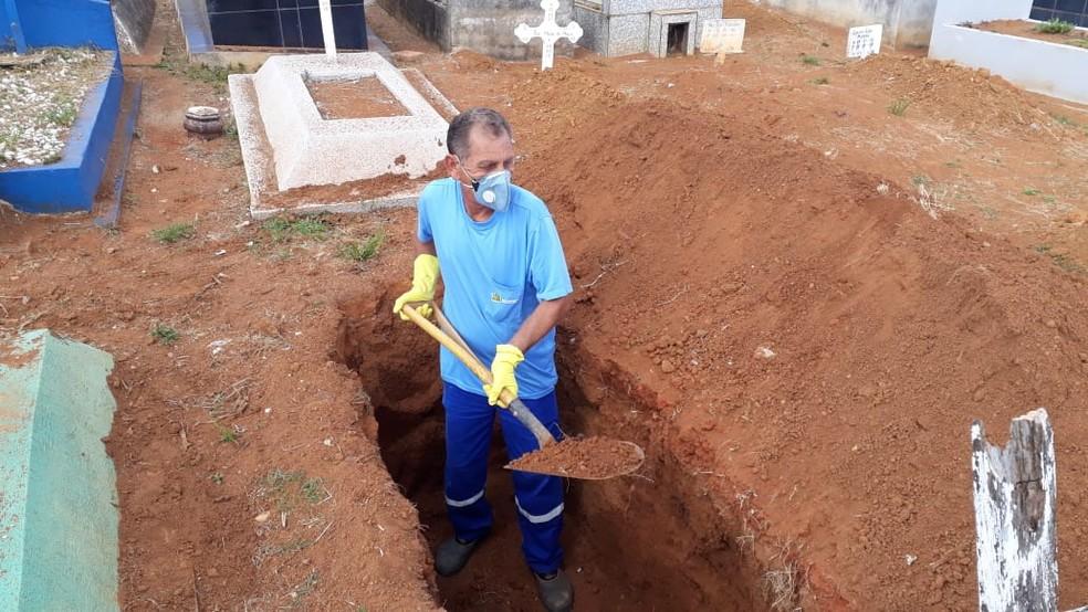 Eugênio trabalha no Cemitério da Saudade, em Mogi — Foto: Arquivo Pessoal/Eugênio Ribeiro