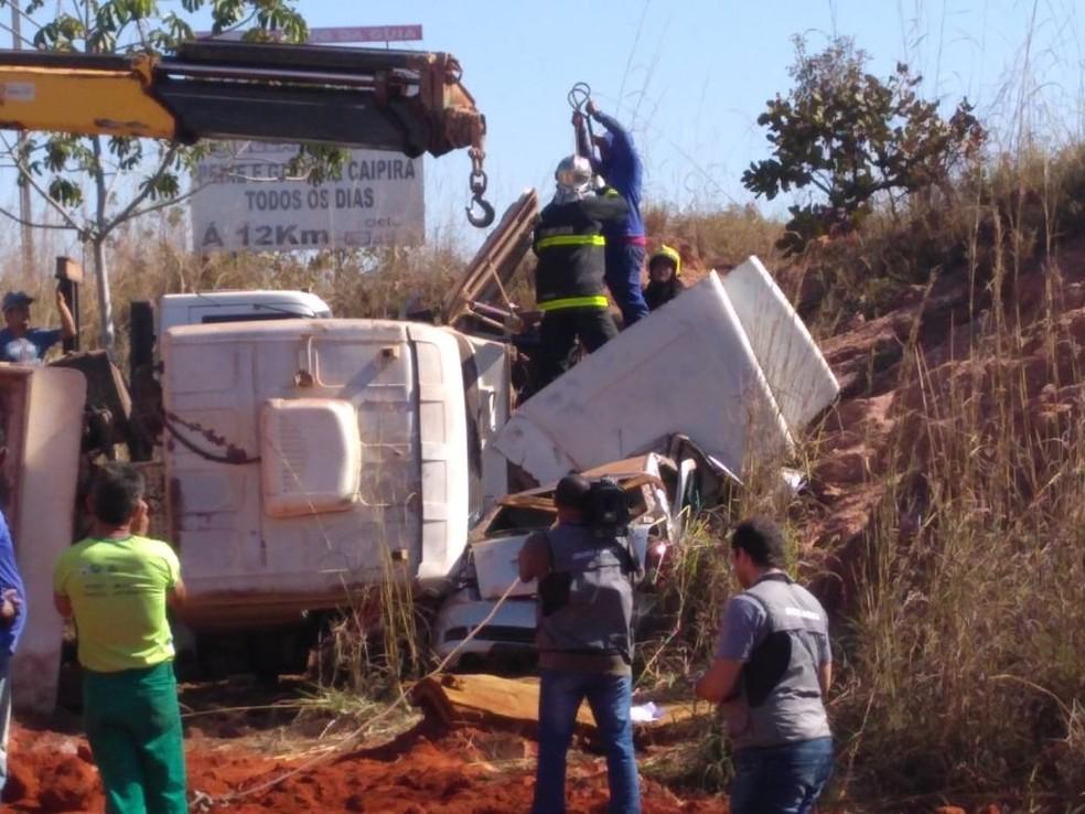 Caminhão envolvido em acidente tombou na rodovia (Foto: Leandro Trindade/ TVCA)