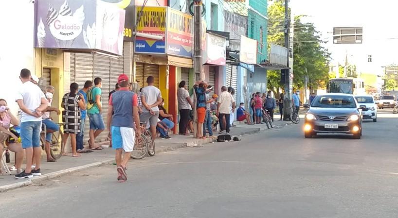 Idosos e grávida de 9 meses se aglomeram em fila da Caixa em Maranguape, no Ceará, para sacar o auxílio emergencial