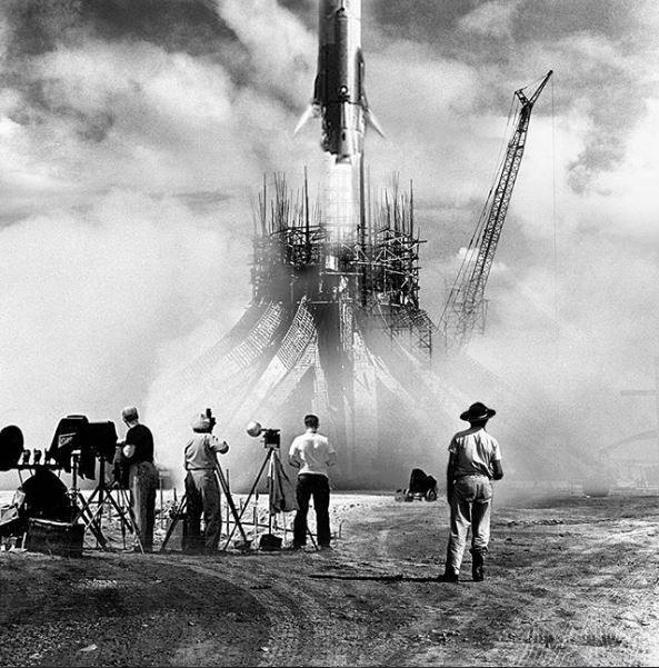 Parece o lançamento de um foguete, mas são as fundações da Catedral. Montagem sobre foto de 1960 (Foto: Brasilia Retrofuturista/Reprodução)