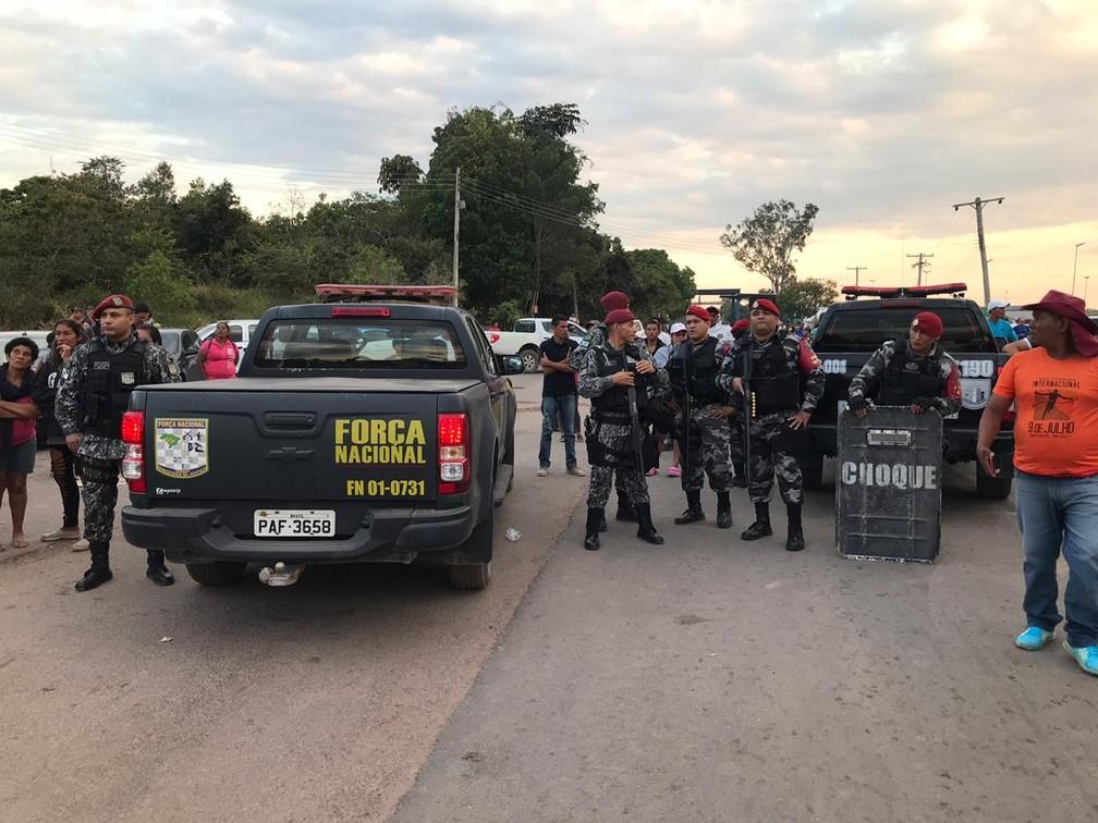 Força Nacional e Batalhão de Choque reforçam segurança no lado brasileiro da fronteira após confusão entre manifestantes e guardas venezuelanos — Foto: Alan Chaves/G1 RR