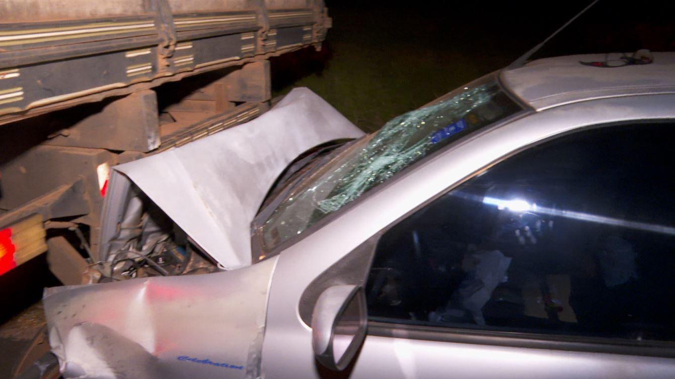 Motorista morre ao bater carro na traseira de caminhão em rodovia de Guatapará, SP