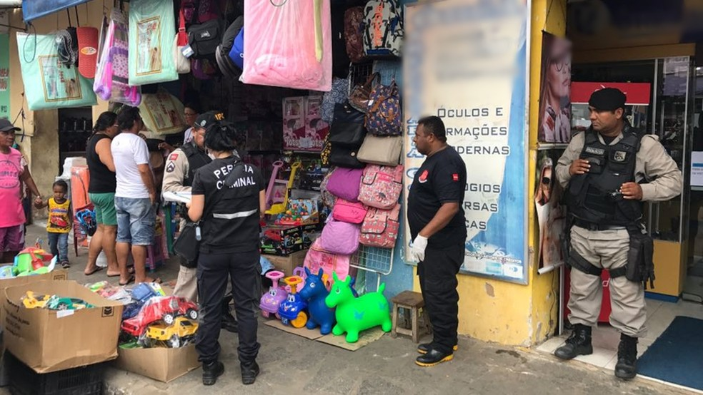 Feto estava na calçada de loja na feira central de Santa Rita (Foto: Walter Paparazzo/G1)