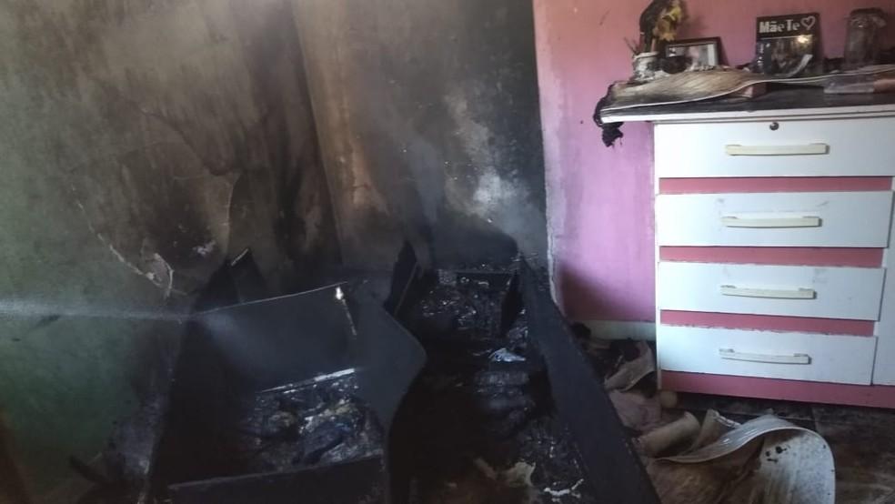 Chamas destruíram objetos do quarto — Foto: Corpo de Bombeiros/ Divulgação