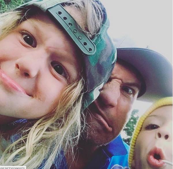 O ator Jon Bernthal fazendo graça com as duas filhas (Foto: Instagram)