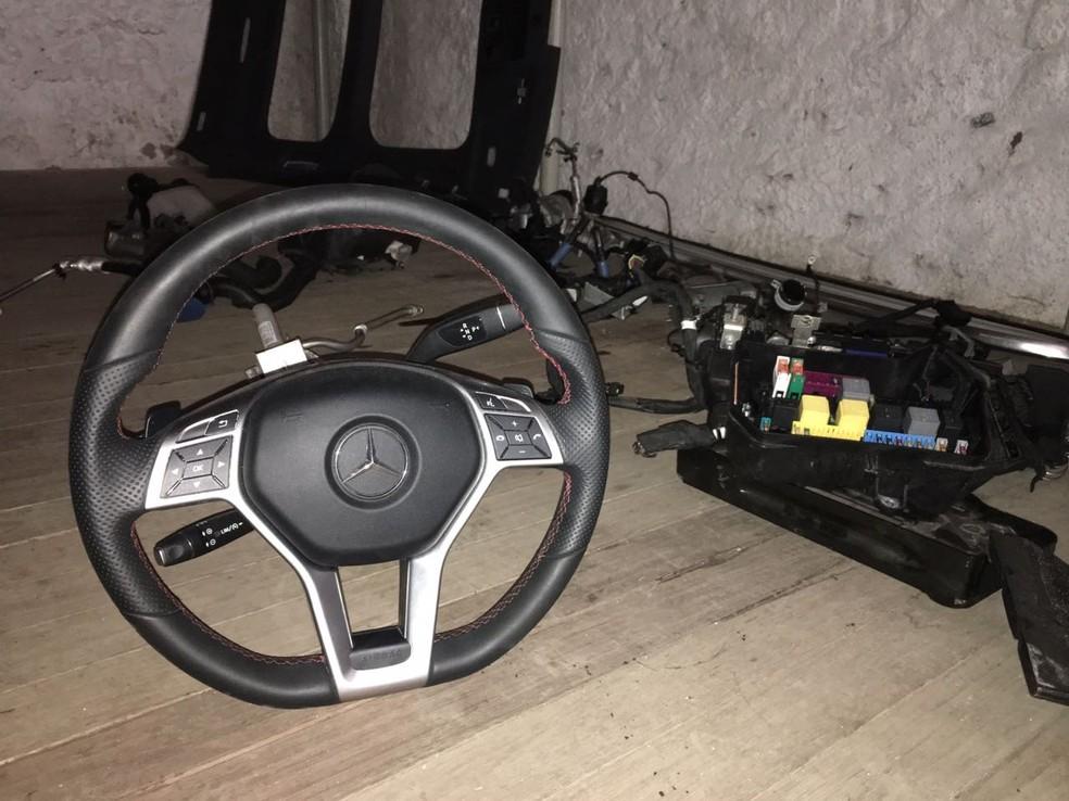 De acordo com a polícia, ao menos três carros eram roubados diariamente pela quadrilha (Foto: Reprodução/RBS TV)