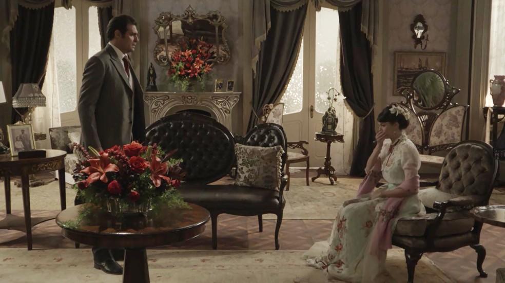 A jovem está emocionada e abre o coração com o empresário  (Foto: TV Globo)