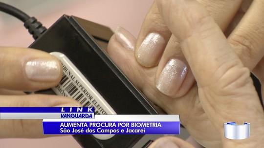 Moradores lotam cartórios eleitorais para fazer cadastro biométrico