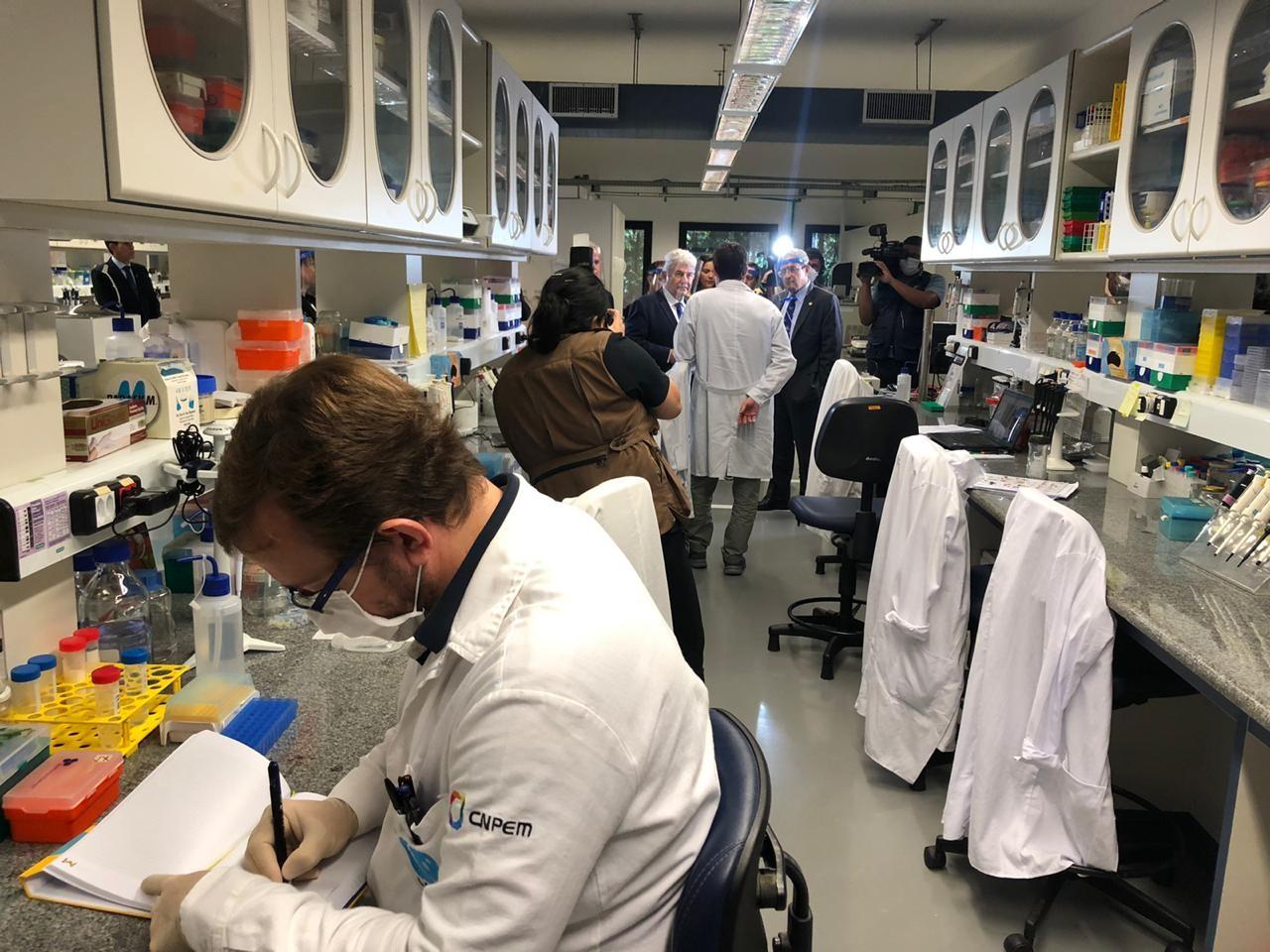 Centro nacional de pesquisas de Campinas seleciona 2 remédios para coquetel contra coronavírus e começa testes in vitro
