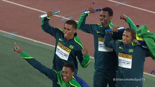 Equipe masculina do Brasil recebe bastão de ouro por vencer o 4 x 100m