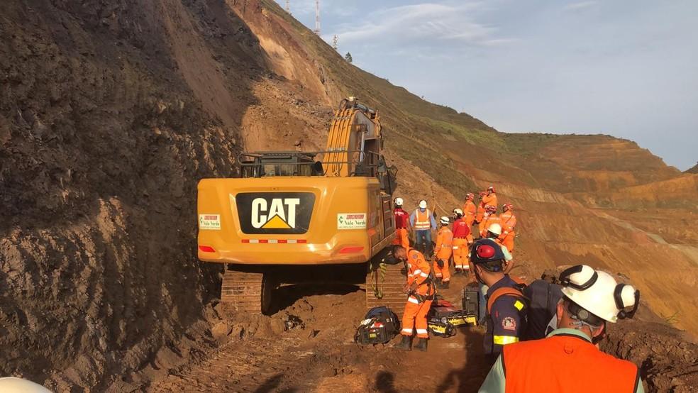 Bombeiros fazendo buscas na área do acidente. — Foto: Corpo de Bombeiros/Divulgação