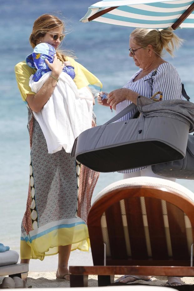 Ana Beatriz Barros paseia com o filho em praia da Grécia (Foto: Grosby Group)