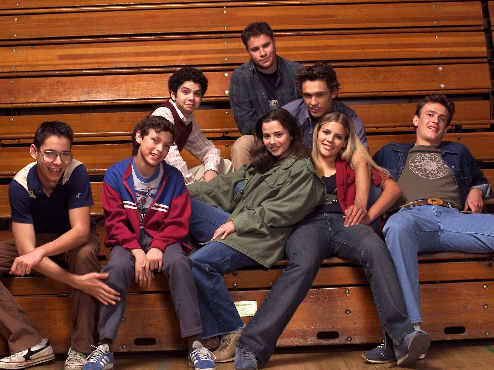 James Franco e Busy Philipps com seus colegas de elenco da série Freaks and Geeks (1999-2000) (Foto: Reprodução)