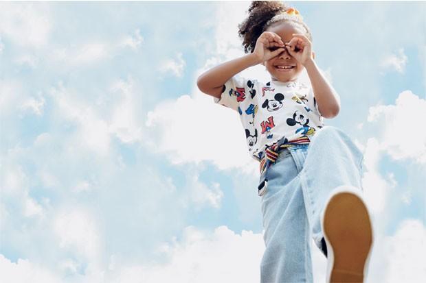 Letícia veste camiseta de algodão, R$49,90, da C&A. Calça jeans, R$ 156, da Bento. Cinto de algodão, R$ 99, da Camu Camu. Tênis de lona, R$ 299,90, da Vans. (Foto: Raquel Espírito Santo / Editora Globo)