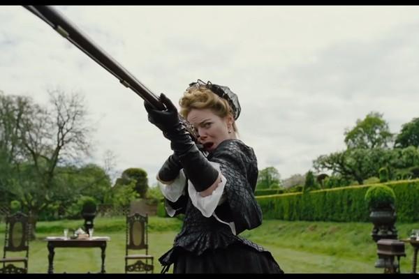 A atriz Emma Stone em cena de A Favorita (Foto: Reprodução)