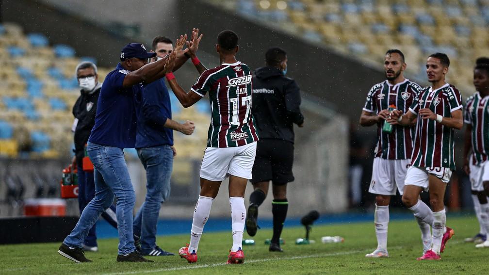 Roger comemora com Caio Paulista gol do Fluminense sobre Santa Fe — Foto: LUCAS MERÇON / FLUMINENSE F.C.
